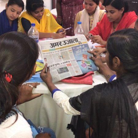 बलरामपुर में स्मार्ट बेटियां परियोजना के तहत प्रशिक्षण प्राप्त करती युवतियां।