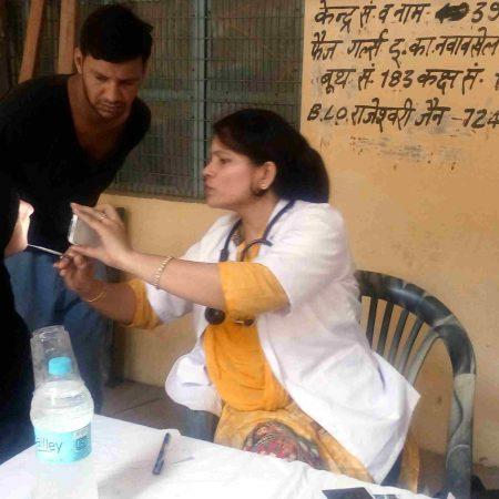 संभल के फैज गर्ल्स इंटर कॉलेज में आयोजित स्वास्थ्य शिविर में स्वास्थ्य परीक्षण करते चिकित्सक।