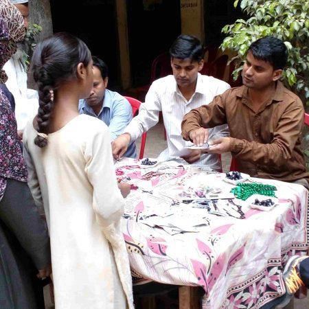 संभल के फैज गर्ल्स इंटर कॉलेज में आयोजित स्वास्थ्य शिविर में दवाइयां प्रदान करते स्वास्थ्य कर्मी।