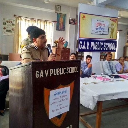 कांगड़ा के जीएवी पब्लिक स्कूल में आयोजित पुलिस की पाठशाला में बच्चों को संबोधित करते एसएसपी।