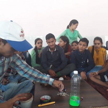 देहरादून के बांदल घाटी में आयोजित समर कैंप में घर में पड़ी व्यर्थ की चीजों से उपयोगी सामान बनाने का प्रशिक्षण प्राप्त करते बच्चे।