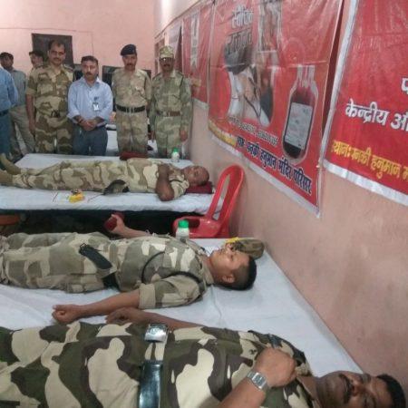 कानपुर के पनकी मंदिर में आयोजित रक्तदान शिविर में रक्तदान करते सीआईएसएफ के जवान।