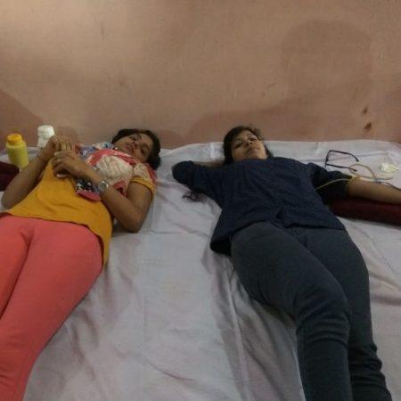 कानपुर के पनकी मंदिर में आयोजित रक्तदान शिविर में रक्तदान करती युवतियां।