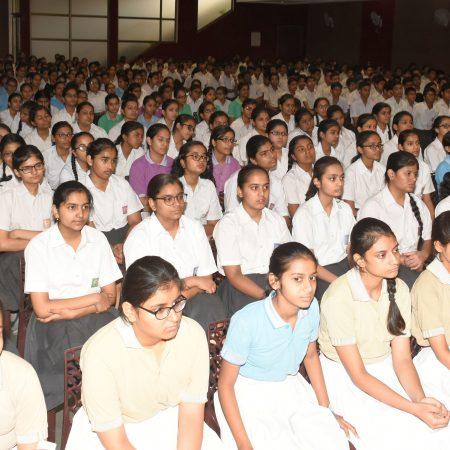 कानपुर के वीरेन्द्र स्वरुप एजुकेशन सेंटर में आयोजित पुलिस की पाठशाला में मौजूद विद्यार्थी।