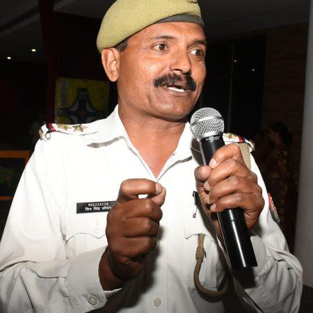 कानपुर के वीरेन्द्र स्वरुप एजुकेशन सेंटर में आयोजित पुलिस की पाठशाला में विद्यार्थियों को ट्रैफिक नियमों की जानकारी प्रदान करते हुए टीएसआई शिवसिंह।