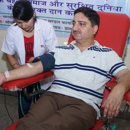 देहरादून के एल.आई.सी. कार्यालय में आयोजित रक्तदान शिविर में रक्तदान करते रक्तदाता।