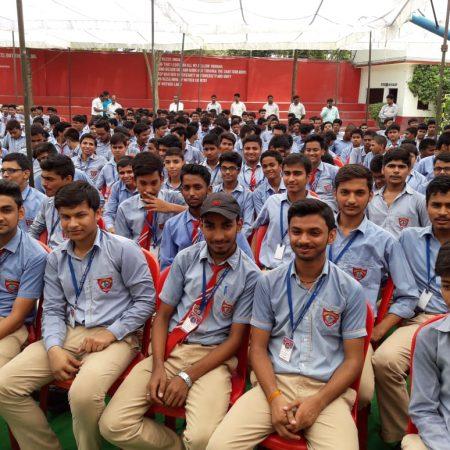 भदोही (ज्ञानपुर) के सेंट थॉमस स्कूल में आयोजित पुलिस की पाठशाला में मौजूद छात्र।