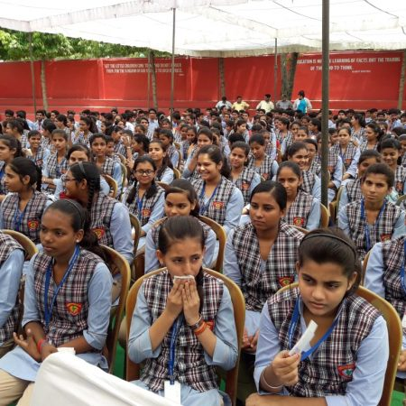 भदोही (ज्ञानपुर) के सेंट थॉमस स्कूल में आयोजित पुलिस की पाठशाला में मौजूद छात्राएं।