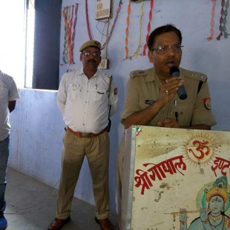 औरैया के गोपाल इण्टर कॉलेज में आयोजित पुलिस की पाठशाला को संबोधित करते एसपी नागेश्वर सिंह।