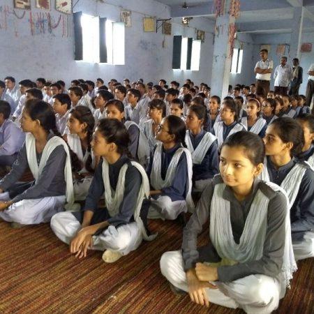 औरैया के गोपाल इण्टर कॉलेज में आयोजित पुलिस की पाठशाला में मौजूद विद्यार्थी।