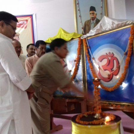 बलिया के नागाजी विद्यालय में आयोजित पुलिस की पाठशाला में दीप प्रज्जवलित करती एसपी श्रीपर्णा गांगुली।