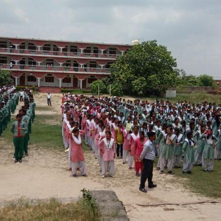 मऊ के लिटिल फ्लावर चिल्ड्रन स्कूल में आयोजित पुलिस की पाठशाला में मौजूद विद्यार्थी।