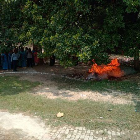 मऊ के लिटिल फ्लावर चिल्ड्रन स्कूल में आयोजित पुलिस की पाठशाला में आग बुझाने के गुर सिखाए गए।