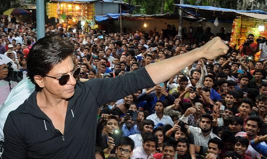 Shahrukh Khan Greets Fans Outside Mumbai Theatre
