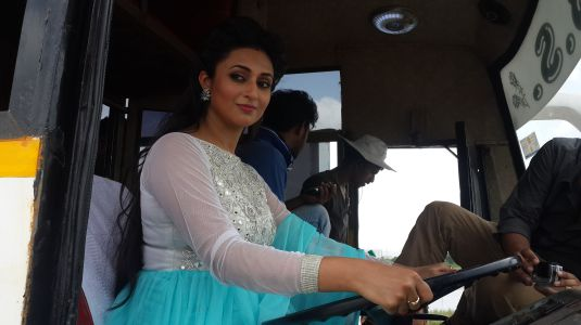 Divyanka Tripathi Driving Bus On Ye Hai Mohabbatein