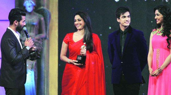 Mohsin Khan and Nikita Dutta presenting award to Shahid and Tabu