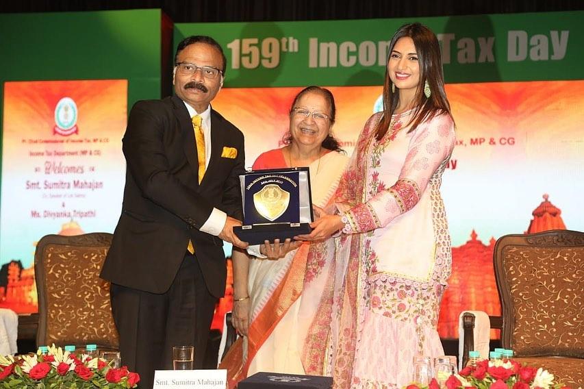 Divyanka Tripathi With Sumitra Mahajan At 159th Income Tax Day Event In Bhopal