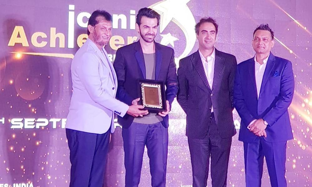 Karan V Grover Receiving Iconic Achievers' Award