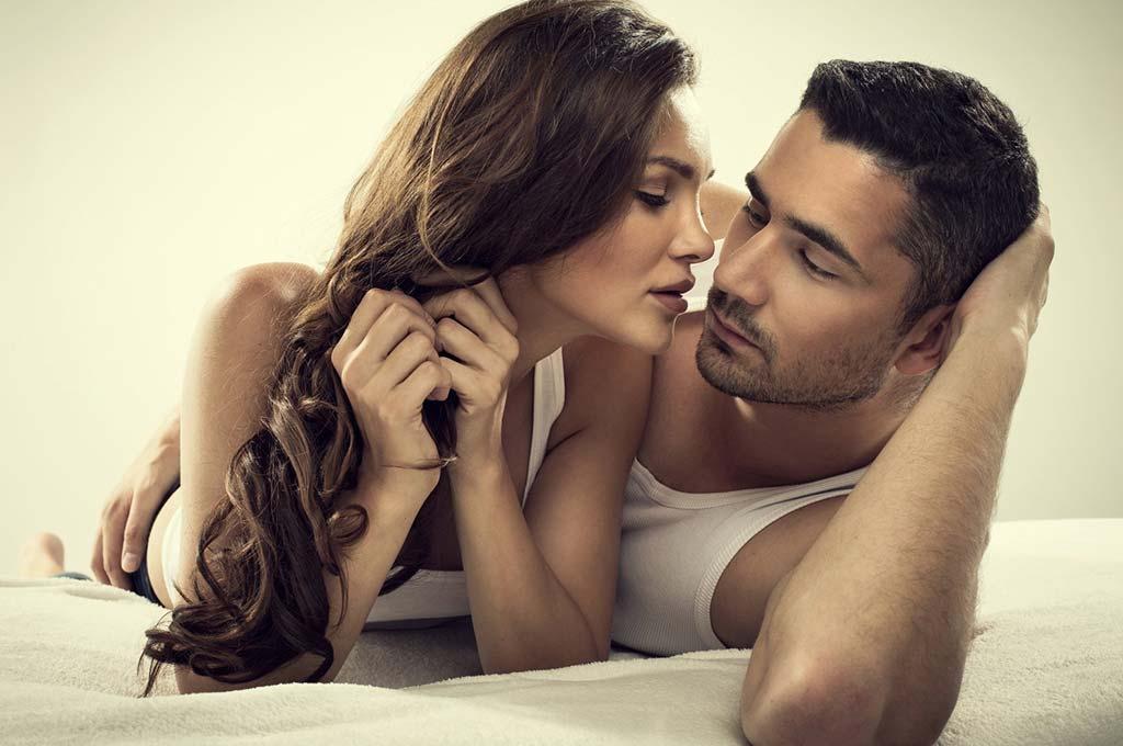 Romantic Couple Kiss Sleep Pose Full Hd Wallpapers Grihshobha