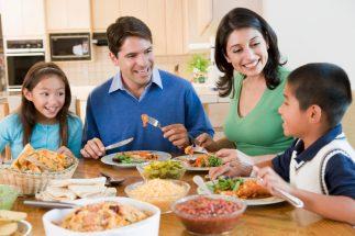 डाइनिंग टेबल पर खाना खाने के कायदे