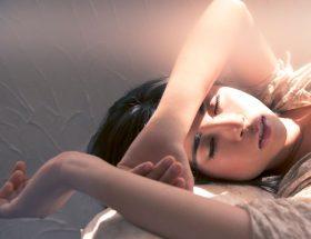 क्या आप या आपके किसी खास को है नींद में बड़बड़ाने की आदत?
