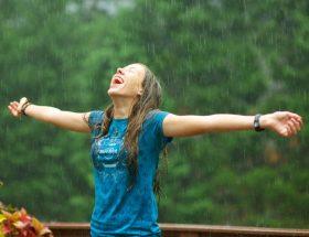 बारिश में रखें बालों का खास ख्याल