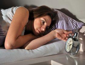 अगर आप भरपूर नींद नहीं ले रही हैं तो दे रही हैं इन बिमारयों को दावत