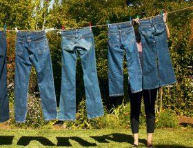 अपनी पसंदीदा जीन्स धोते वक्त कभी ना करें ये गलतियां