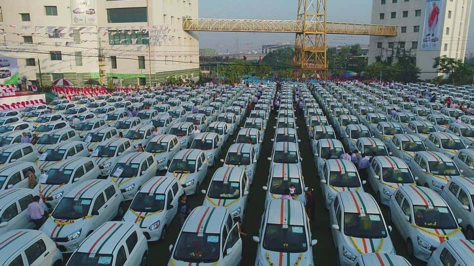 Surat, Gujarat: Diamond Merchant Savji Dholakia gifts 600 cars to his Employees as Diwali Bonanza - Indiathishour