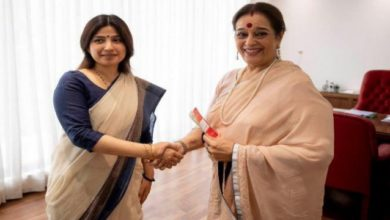 Photo of Poonam Sinha Joins SP To Contest Against Rajnath