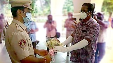 Photo of Cop Cured Of COVID-19 Receives Red Carpet Welcome, Felicitated In Cuttack