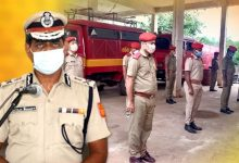 Photo of Odisha Fire Service Personnel Observe Silent Prayer For COVID Martyrs