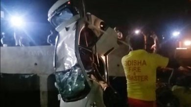 Photo of Car Slips Into Taladanda Canal At Cuttack, Driver Rescued