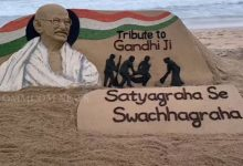 Photo of Watch Sudarsan Pattnaik Paying Tributes To Mahatma Gandhi In His Trademark Style