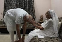 PM Modi meets mother, seeks blessings after spectacular poll win