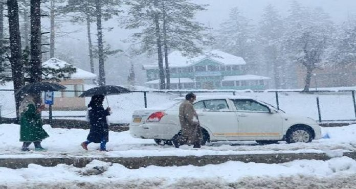 Jammu and Kashmir: Gulmarg in Baramulla district receives snowfall [VIDEO]