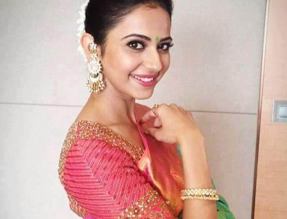 Actress Rakul Preet Singh got surrounded by beggars (2)